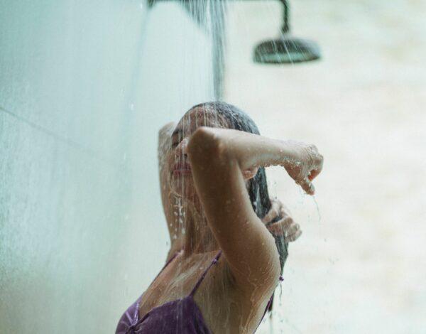 zašto umivanje pod tušem nije dobro za kožu