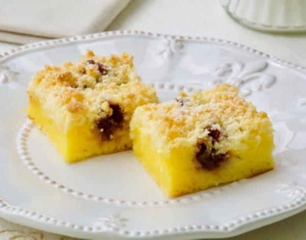 Jednostavni kolač sa sirom, grizom i slatkim mrvicama