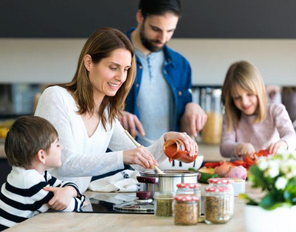 Korisno i zabavno: Dok ste svi kod kuće, učite djecu da kuhaju