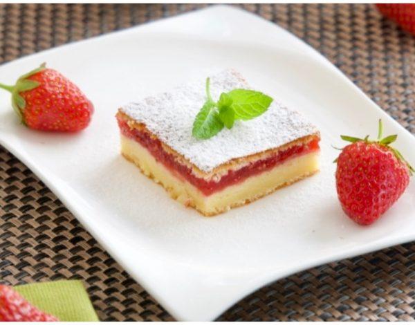 Jednostavni kolač s pavlakom i jagodama