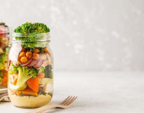 Veganska salata u tegli
