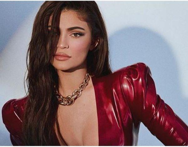 Svi pričaju o fotki Kylie Jenner u lateksu… a fotkala se za poznati magazin!