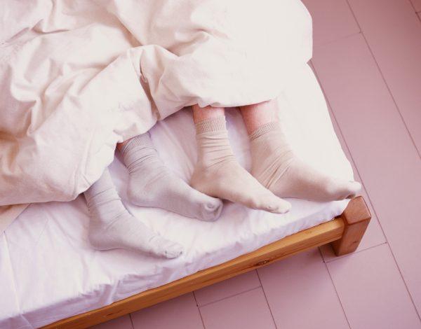 Odgovaramo na vječito pitanje – Spavati s čarapama ili ne?!
