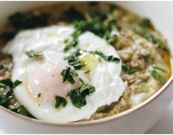 Malo drugačiji doručak: Zobena kaša s tikvicom i poširanim jajima