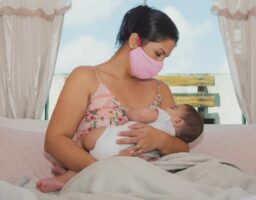 SZO odgovara: Smiju li majke zaražene koronom dojiti bebu?