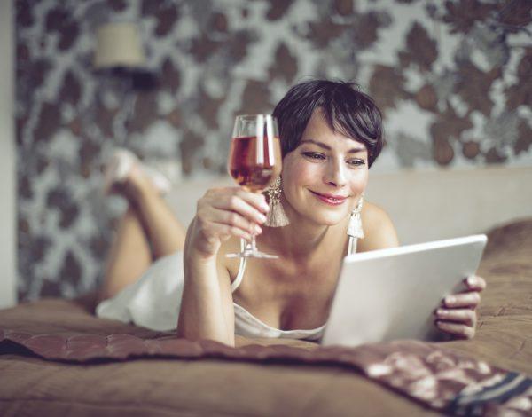 8 razloga da u svakodnevnu rutinu ubacite čašicu vina pred spavanje